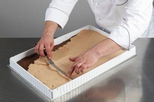Couler 1,125 kg de mousse troïka sur le biscuit cacao