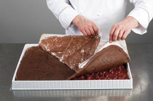 Appliquer une feuille de biscuit cacao.