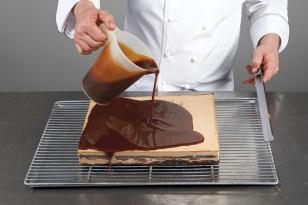 parer les bords et napper avec le glaçage caramel