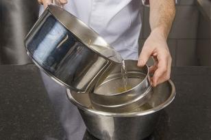 Filtrer le sirop et ajouter le rhum.