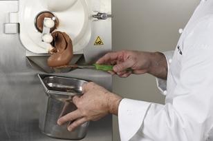 Turbiner la glace chocolat à 72 %.