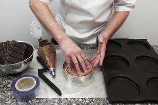 Bien appuyer l'insert dans la mousse au chocolat.