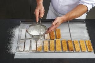 Saupoudrer le feuilletage avec du sucre glace