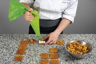 Pocher des pointes de crème mascarpone vanille.