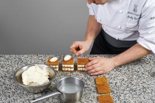 Disposer une quenelle de crème vanille mascarpone.