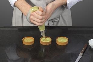 Garnir avec la crème légère matcha.