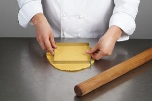 Étaler la pâte à 5 mm d'épaisseur