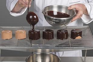 napper avec le glaçage chocolat à 40 °C.