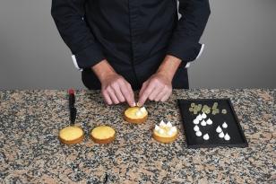 Disposer des pics de meringue suisse.
