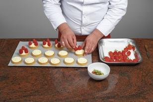 Disposer 3 fraises équeutées.