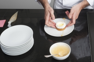 Dresser la tarte sur un trait de gelée citron caviar