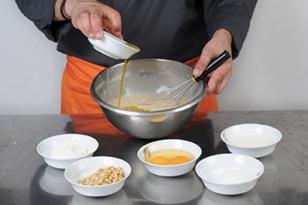 Incorporer l'huile d'olive à l'appareil