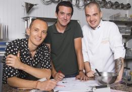Laurent Dagot, directeur artistique de la Maison Dalloyau, l'artiste Nicolas Barrome Forgues et le chef pâtissier Jérémy Del Val