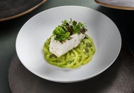 LE CABILLAUD cuit au plat, huile d'olive et thym citron, carpaccio de tomates Green Zebra, salade d'herbes maraîchères