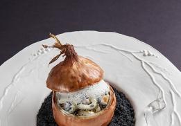 L'OIGNON PAILLE cuisiné au lard paysan, jambon de Paris et brisures de truffe noire, émulsion au jus de truffe et vieux parmesan