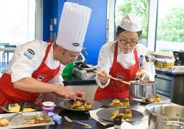 Le Chef maître-restaurateur Cédric Bayle et sa commis Mingug Mun.